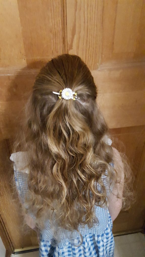 Lilla Rose Hair Accessories review image girl with curly hair wearing a Lilla Rose Flower Flexi Clip in her hair